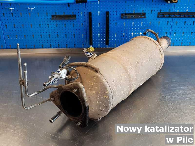 Katalizator SCR o właściwościach, jak nowy katalizator samochodowy z Piły przysłany do pracowni na stole.