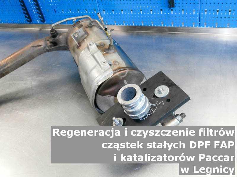 Myty katalizator utleniający marki PACCAR, w pracowni regeneracji na stole, w Legnicy.