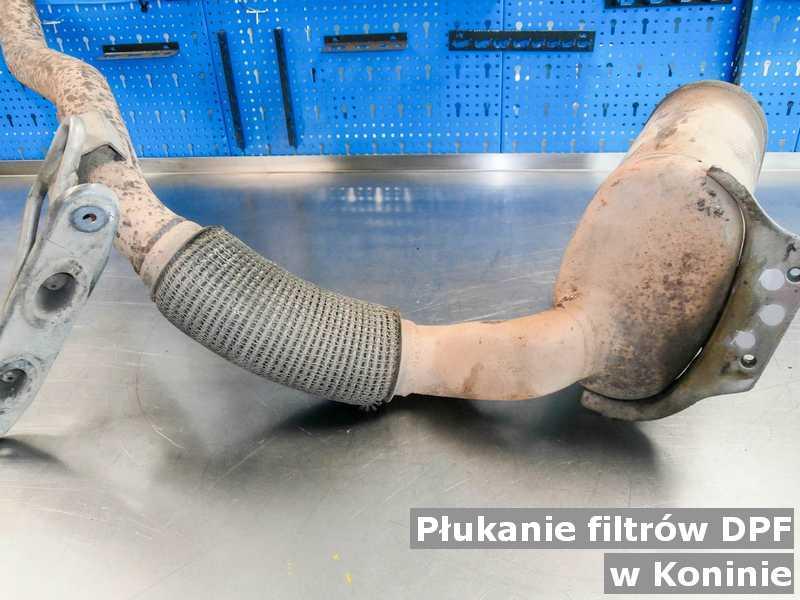 Filtr cząstek stałych w Koninie w warsztatowym laboratorium wypłukany z zanieczyszczeń, przed wysłaniem do klienta.