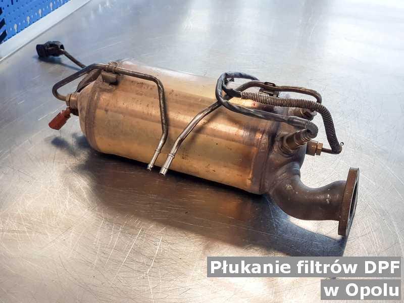 Filtr cząstek stałych DPF w Opolu w pracowni na stole po płukaniu bez zanieczyszczeń, przed wysłaniem.