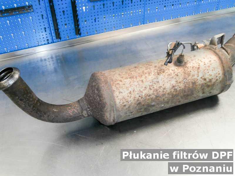 Filtr cząstek stałych DPF w Poznaniu w pracowni na stole wypłukany z sadzy, przed wysłaniem do klienta.