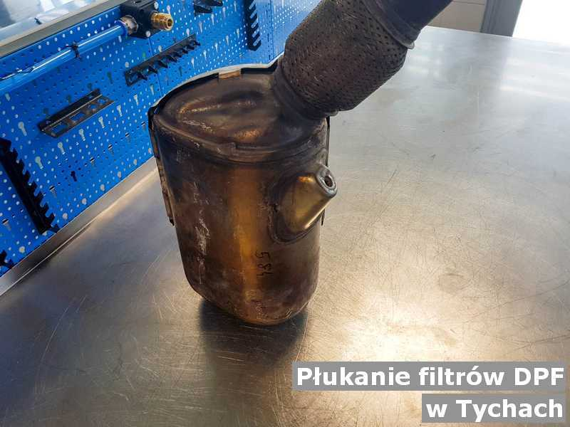 Filtr cząstek stałych DPF z Tych w punkcie obsługi technicznej po wypłukaniu, przygotowywany do wysyłki.