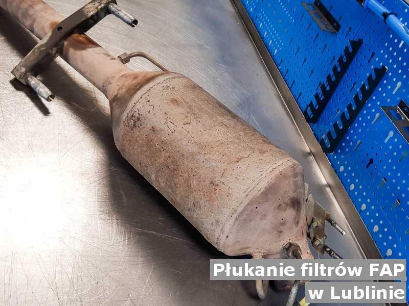 FAP w Lublinie w pracowni na stole po płukaniu bez zanieczyszczeń, przygotowywany do wysyłki.