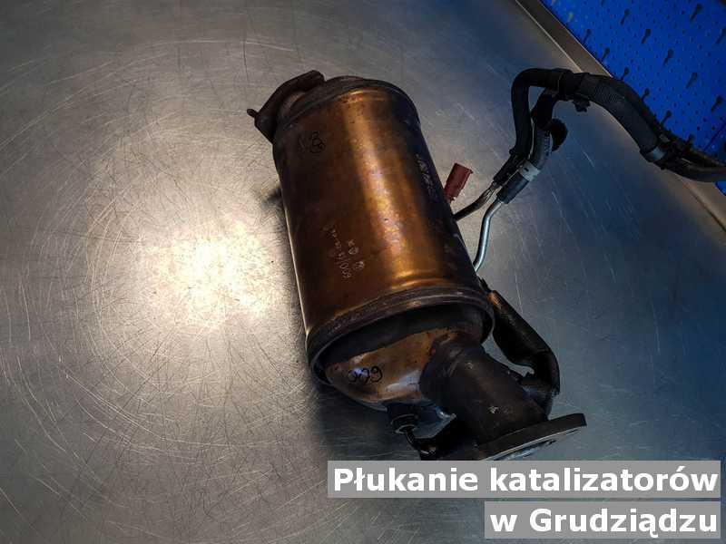Katalizator samochodowy pod Grudziądzem w warsztatowej pracowni wypłukany, przed wysyłką.