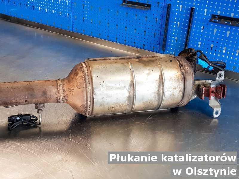 Katalizator z Olsztyna na stole po płukaniu bez zanieczyszczeń, przygotowywany do wysyłki.