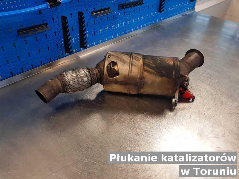 Reaktor katalityczny z Torunia w pracowni na stole po płukaniu, przed wysłaniem do klienta.
