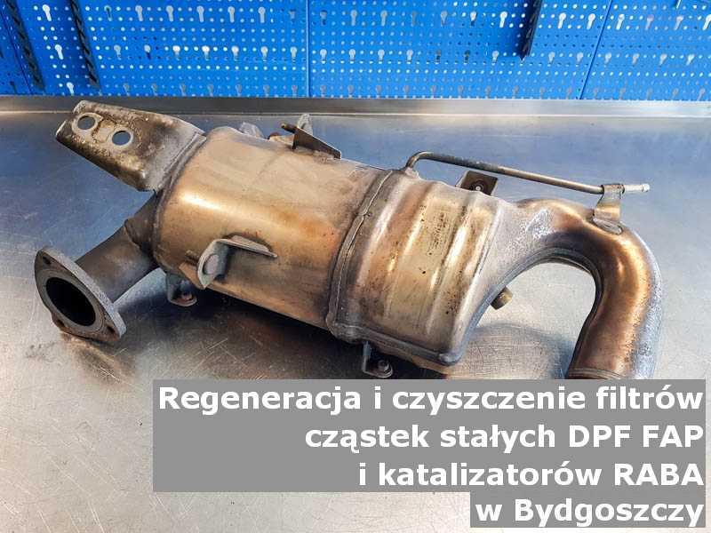 Wypalony z sadzy filtr cząstek stałych DPF/FAP marki Raba, w laboratorium, w Bydgoszczy.