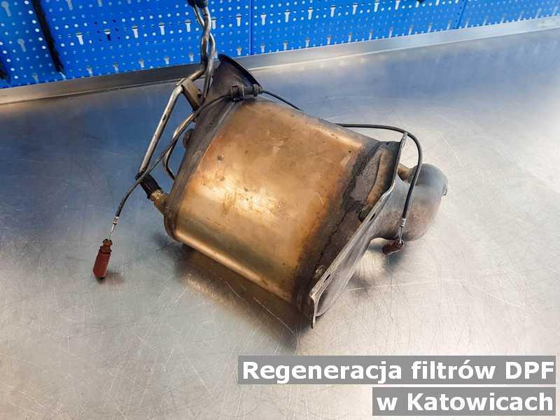 Filtr cząstek stałych DPF pod Katowicami w pracowni zregenerowany przed wysłaniem.
