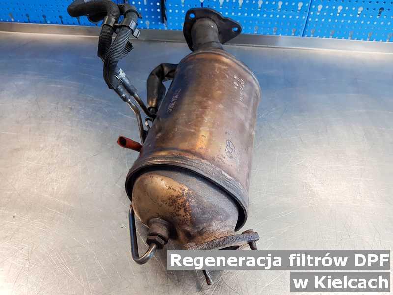 Filtr DPF pod Kielcami w pracowni na stole po regeneracji przygotowywany do wysłania.