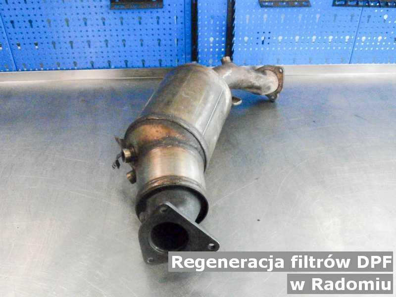 Filtr cząstek stałych DPF w Radomiu na stole zregenerowany przed wysłaniem do klienta.