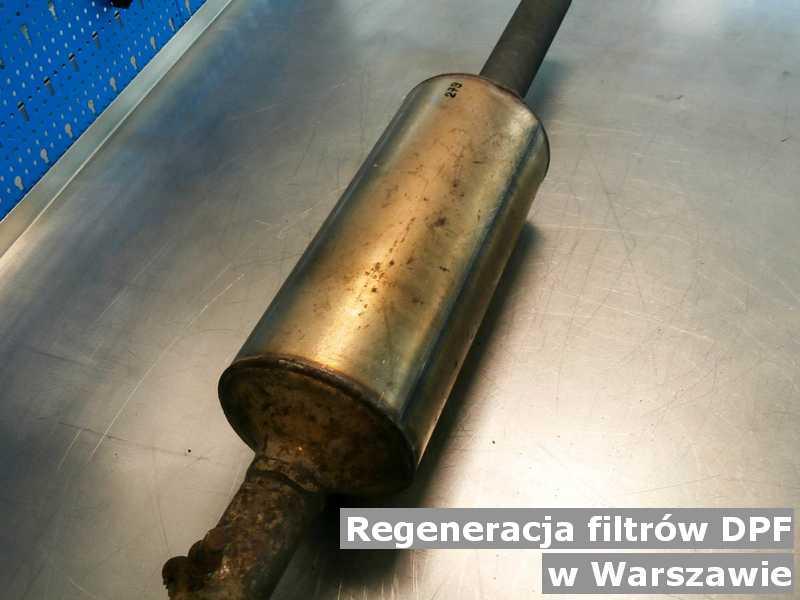 Filtr cząstek stałych z Warszawy w pracowni na stole regenerowany przed wysłaniem do klienta.