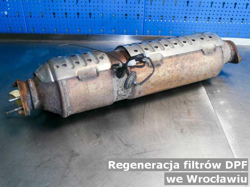 Filtr cząstek stałych z Wrocławia na stole po regeneracji przygotowywany do wysyłki.