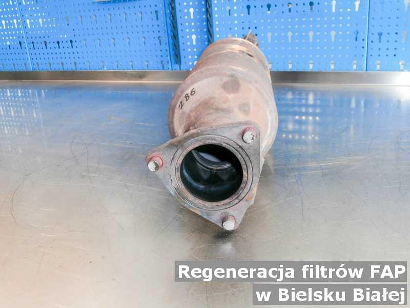 Filtr cząstek stałych pod Bielskiem-Białą w warsztacie samochodowym regenerowany przed wysłaniem.