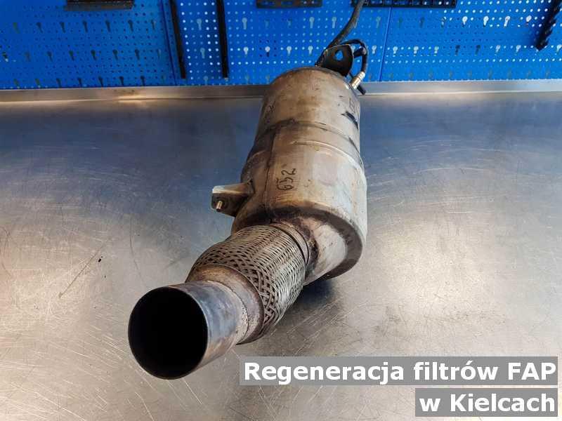 Filtr cząstek stałych w Kielcach w warsztacie samochodowym po regeneracji przygotowywany do wysyłki.