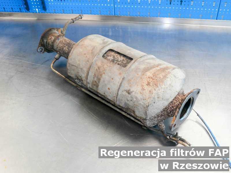 Filtr cząstek stałych w Rzeszowie w warsztatowym laboratorium regenerowany przed wysłaniem.