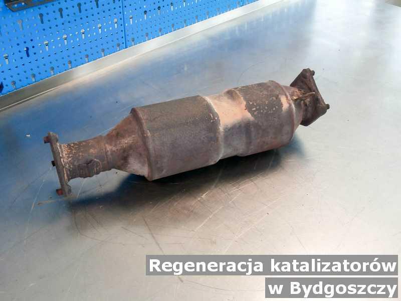 Katalizator SCR pod Bydgoszczą w warsztatowym laboratorium regenerowany przygotowywany do wysłania.