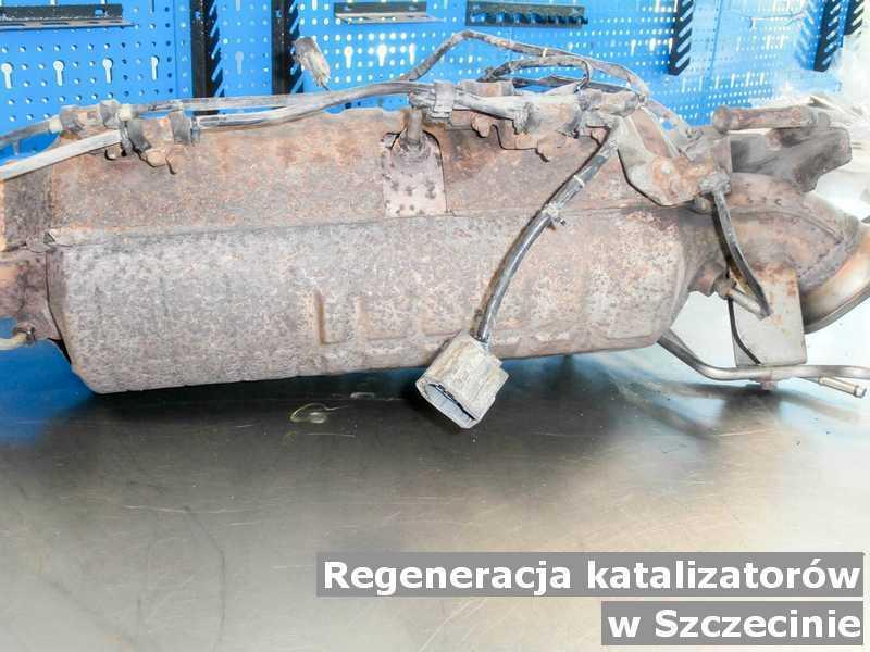 Katalizator w Szczecinie w warsztacie samochodowym regenerowany przed wysłaniem.