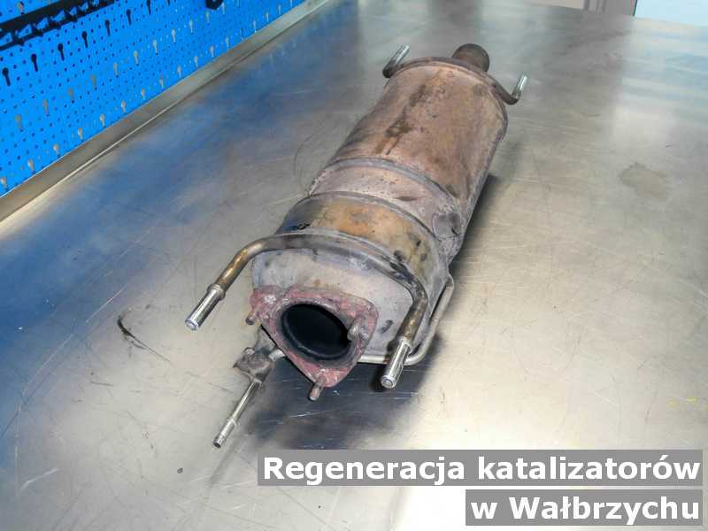Reaktor katalityczny pod Wałbrzychem w pracowni na stole regenerowany przygotowywany do wysłania.