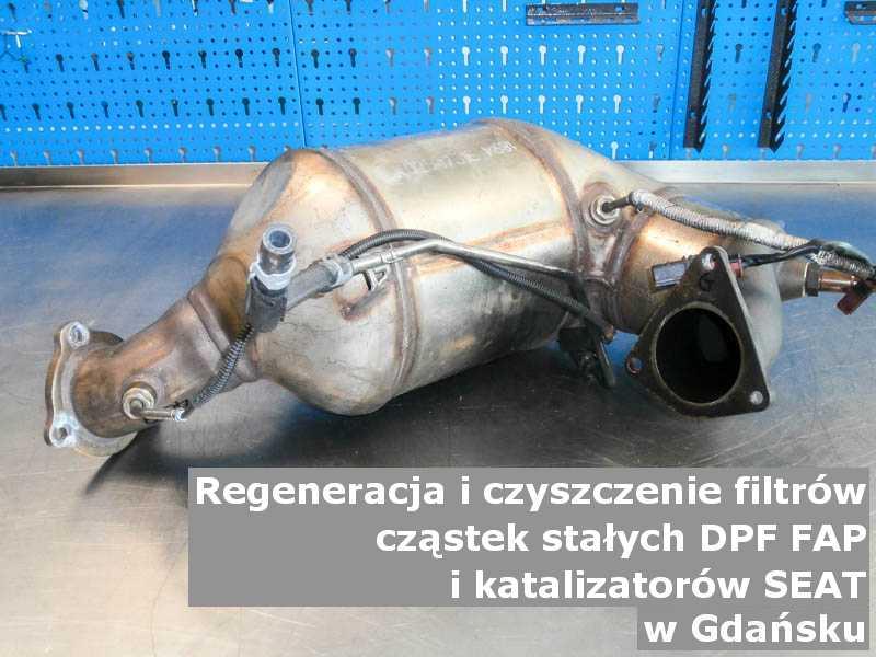 Myty filtr DPF marki SEAT, na stole w pracowni regeneracji, w Gdańsku.