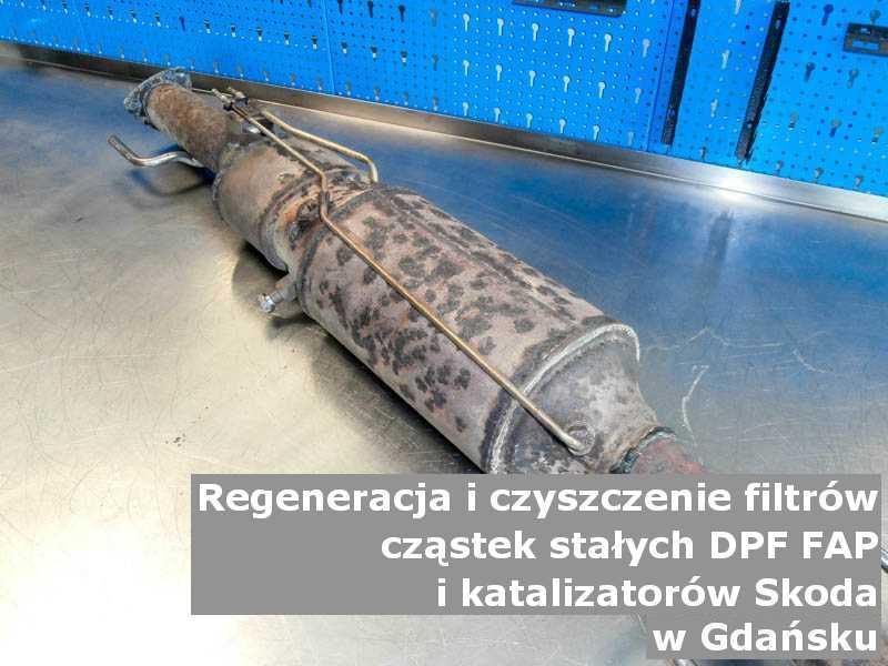 Czyszczony katalizator samochodowy marki Skoda, w pracowni, w Gdańsku.