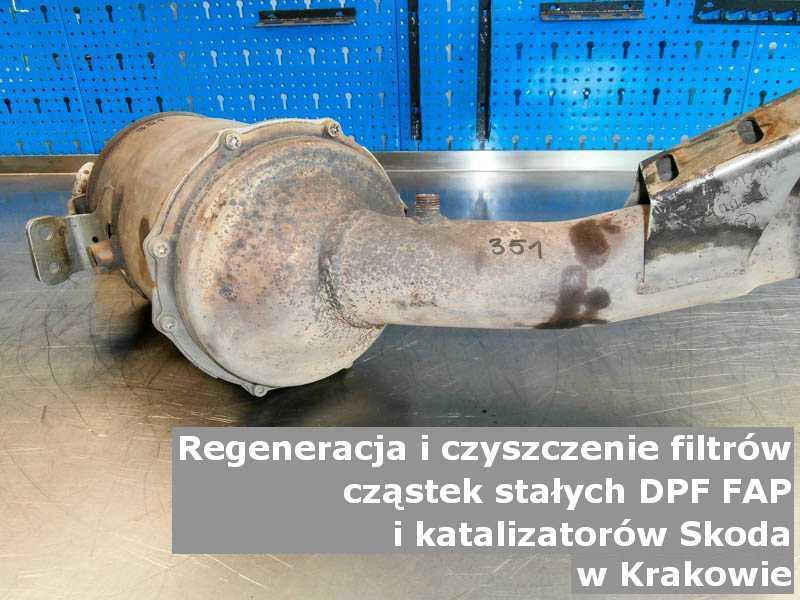 Wypalony filtr marki Skoda, w laboratorium, w Krakowie.