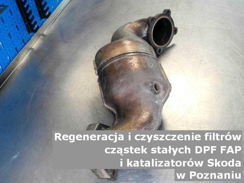 Płukany filtr cząstek stałych GPF marki Skoda, w pracowni regeneracji na stole, w Poznaniu.