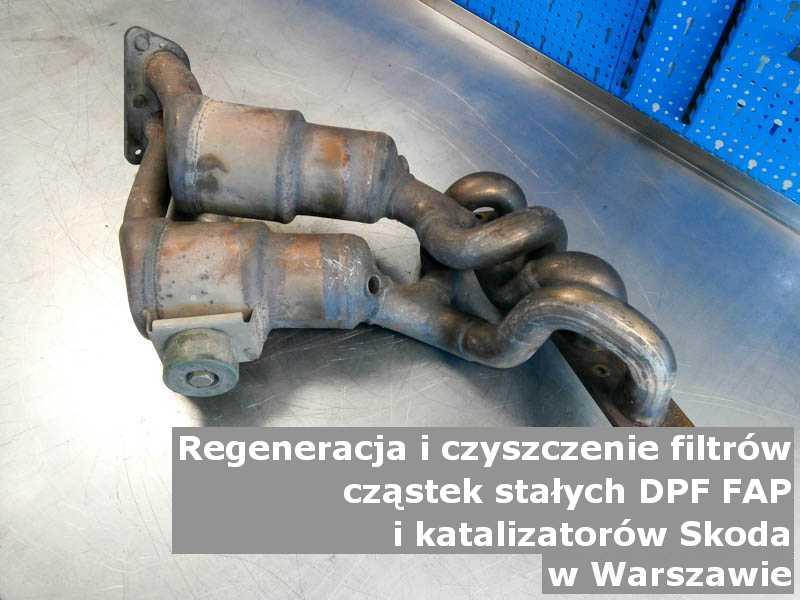 Czyszczony katalizator samochodowy marki Skoda, na stole w pracowni regeneracji, w Warszawie.