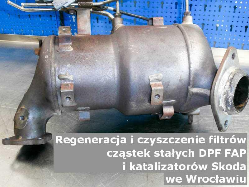 Płukany katalizator samochodowy marki Skoda, w pracowni, w Wrocławiu.
