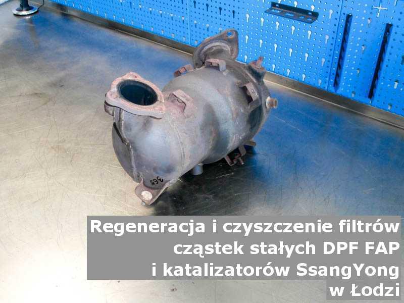 Wypalany katalizator marki SsangYong, w pracowni, w Łodzi.
