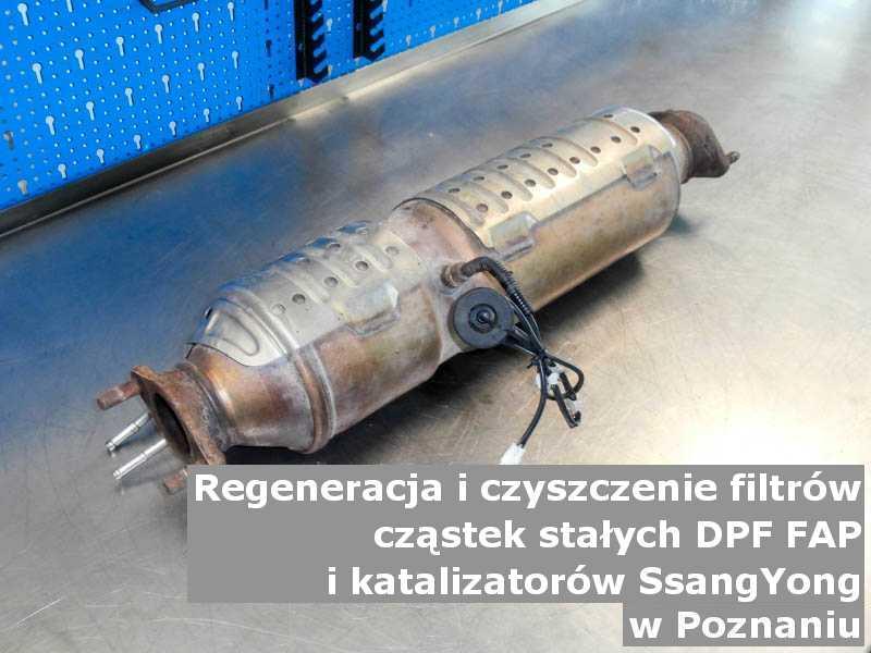 Wypalony z sadzy katalizator samochodowy marki SsangYong, na stole w pracowni regeneracji, w Poznaniu.
