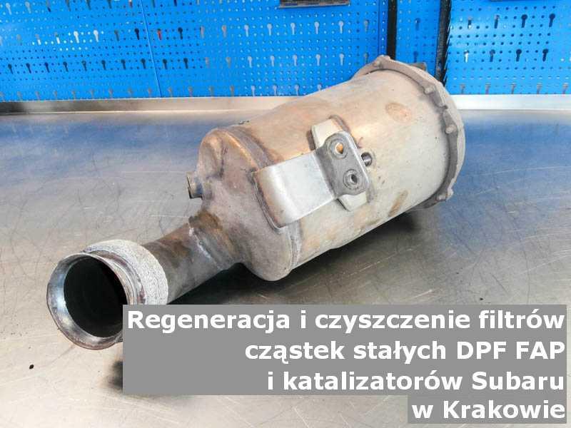 Płukany filtr FAP marki Subaru, w pracowni, w Krakowie.