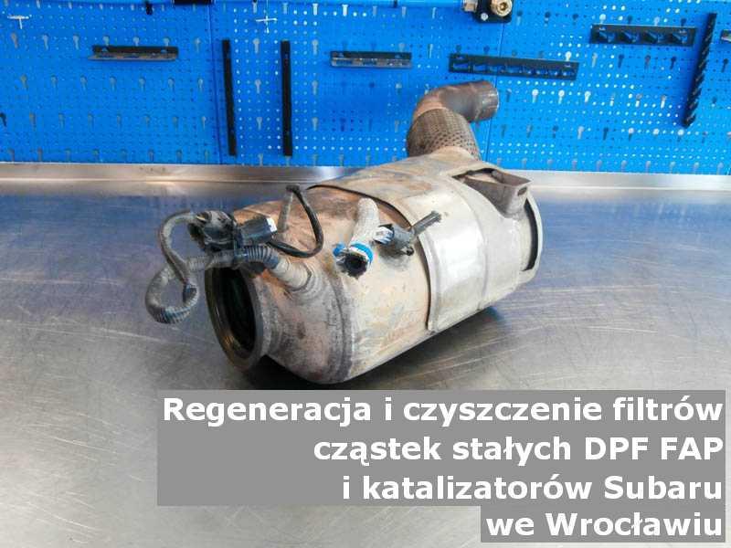 Wypalany filtr FAP marki Subaru, w pracowni regeneracji na stole, w Wrocławiu.