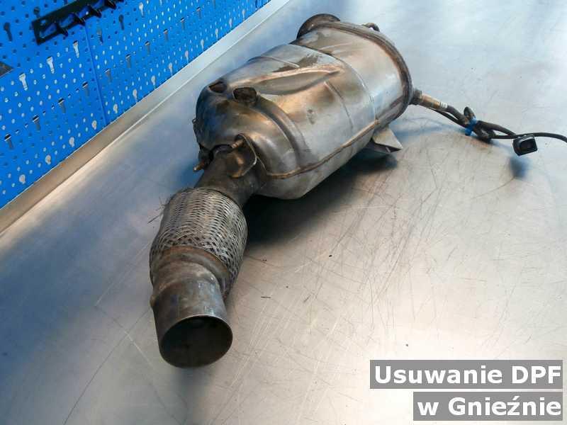 Filtr DPF pod Gnieznem w warsztacie samochodowym w miejsce usuniętego filtra cząstek stałych DPF przed wysyłką.
