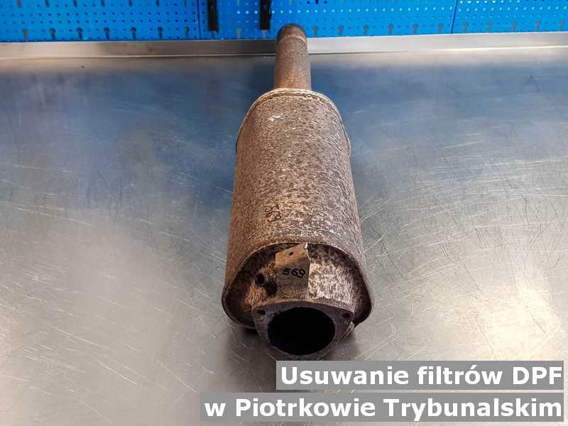 Filtr cząstek stałych pod Piotrkowem Trybunalskim w pracowni na stole podmieniany z usuniętym filtrem cząstek stałych DPF przygotowywany do wysłania.