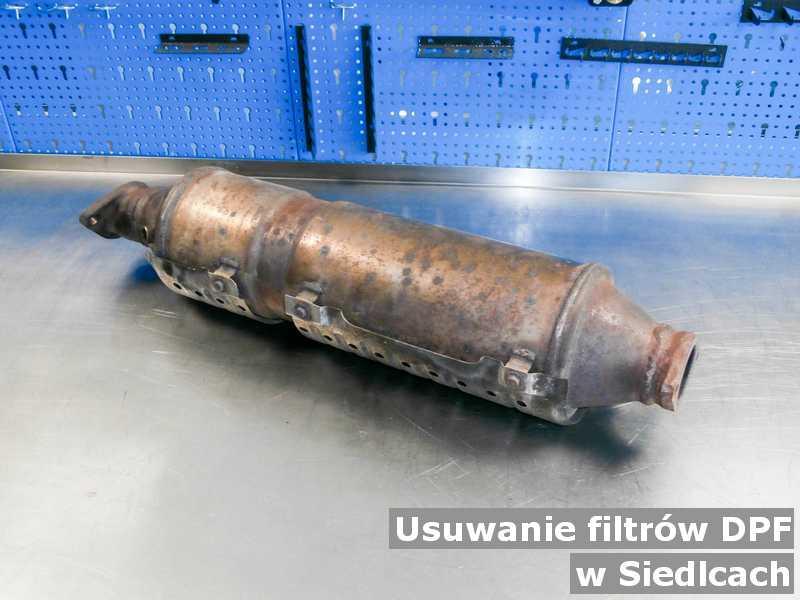 Filtr DPF pod Siedlcami w laboratorium po usunięciu starego filtra DPF przygotowywany do wysyłki.