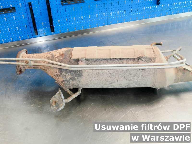Filtr DPF z Warszawy w laboratorium po usunięciu starego filtra DPF przed wysłaniem.