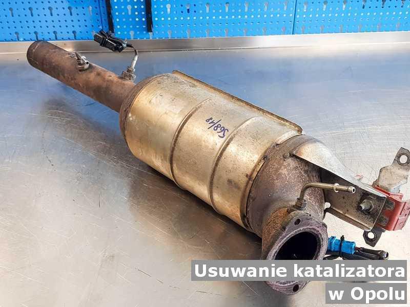 Katalizator samochodowy z Opola na stole na podmianę z usuniętym katalizatorem SCR przed wysłaniem do klienta.