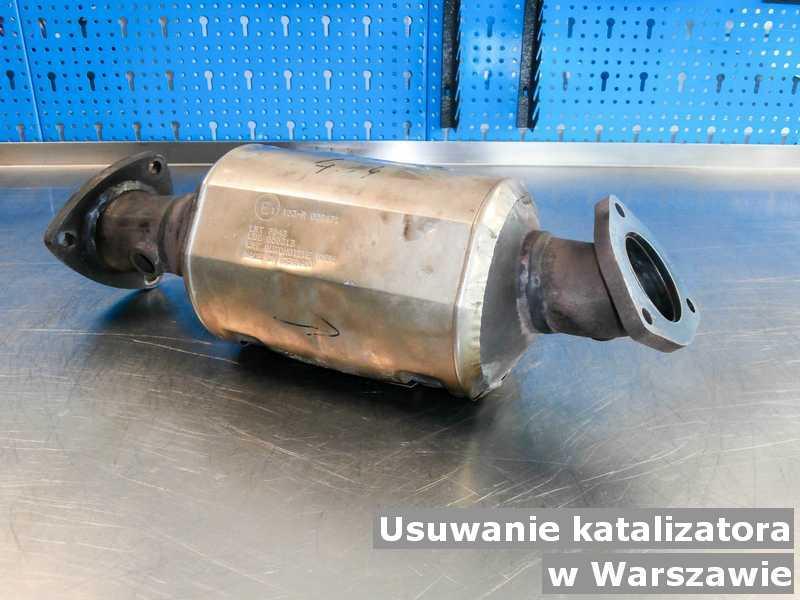 Katalizator samochodowy w Warszawie w punkcie obsługi technicznej w miejsce usuniętego katalizatora SCR przygotowywany do wysyłki.