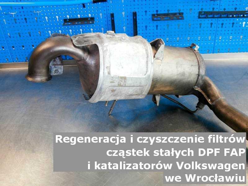 Wypalony katalizator utleniający marki Volkswagen, w pracowni regeneracji, w Wrocławiu.
