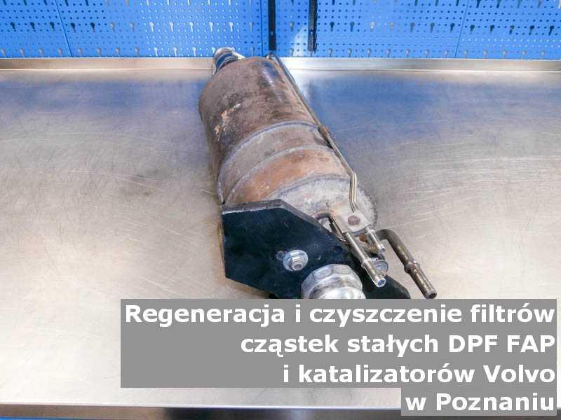 Zregenerowany katalizator utleniający marki Volvo, na stole w pracowni regeneracji, w Poznaniu.