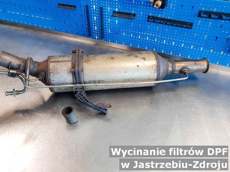 Filtr DPF w pracowni na stole w Jastrzębiu-Zdroju po wycięciu poprzedniego filtra cząstek stałych DPF przed spakowaniem przed wysłaniem.