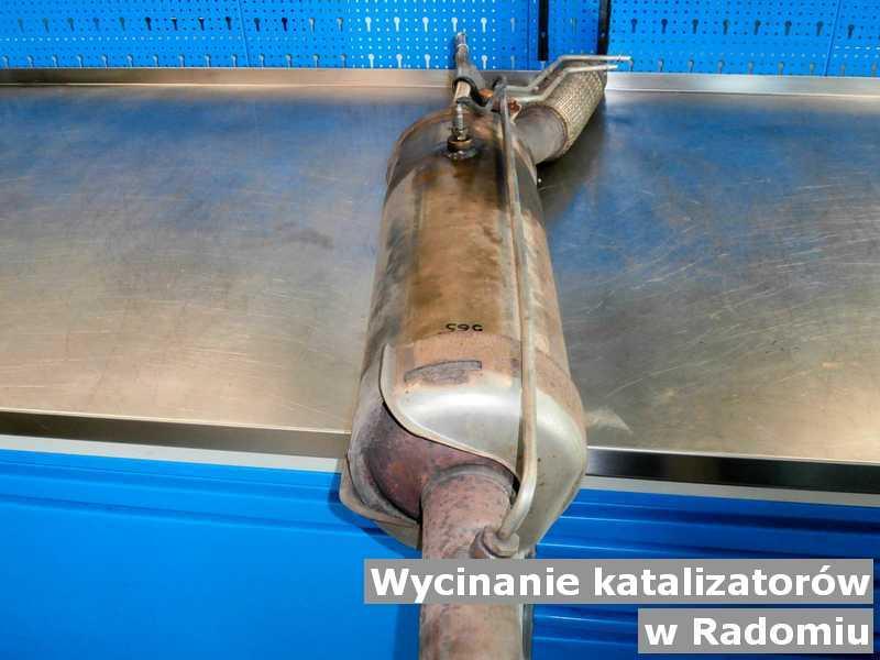 Katalizator w warsztacie samochodowym pod Radomiem na podmianę z wyciętym katalizatorem przed opakowywaniem przygotowywany do wysyłki.