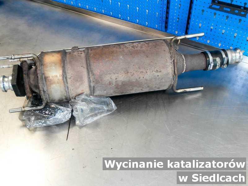 Katalizator samochodowy w punkcie obsługi technicznej z Siedlec wymieniany z wyciętym katalizatorem przed opakowaniem przed wysłaniem.