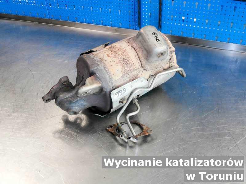 Katalizator samochodowy w laboratorium w Toruniu zamiast wyciętego katalizatora przed opakowywaniem przed wysyłką.