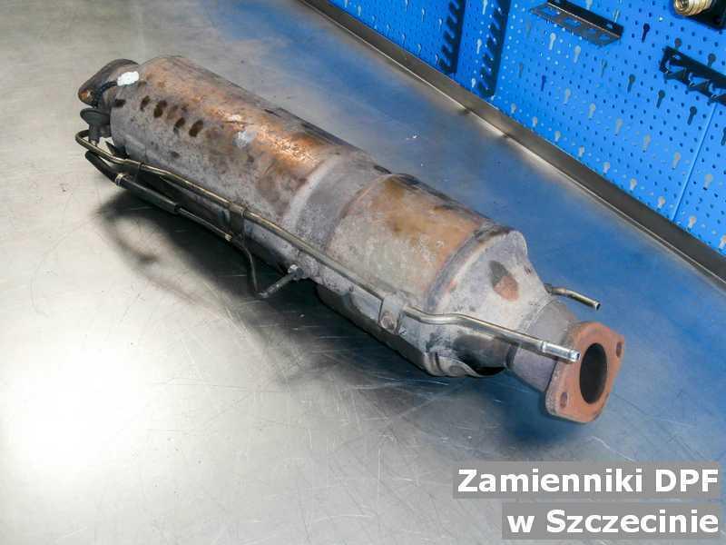 Filtr cząstek stałych w warsztacie w Szczecinie zamienny z zamiennikiem filtra cząstek stałych przed wysłaniem do klienta.