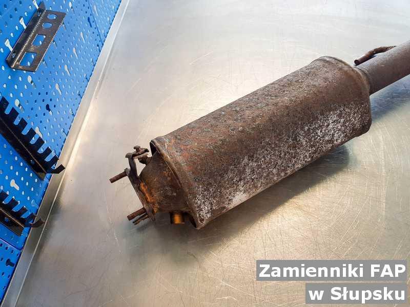 Filtr FAP w warsztacie samochodowym pod Słupskiem zamieniany na zamiennik filtra cząstek stałych przygotowywany do wysyłki.