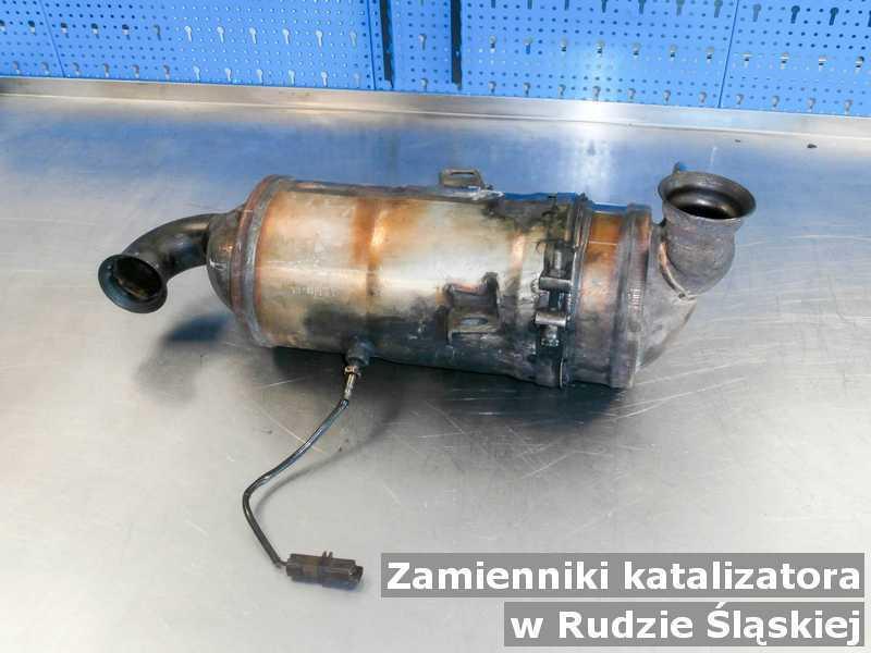 Reaktor katalityczny na stole w Rudzie Śląskiej wymieniany z zamiennikiem katalizatora SCR przygotowywany do wysłania.